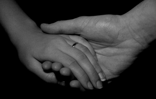 holding-hands-1526898-1279x817